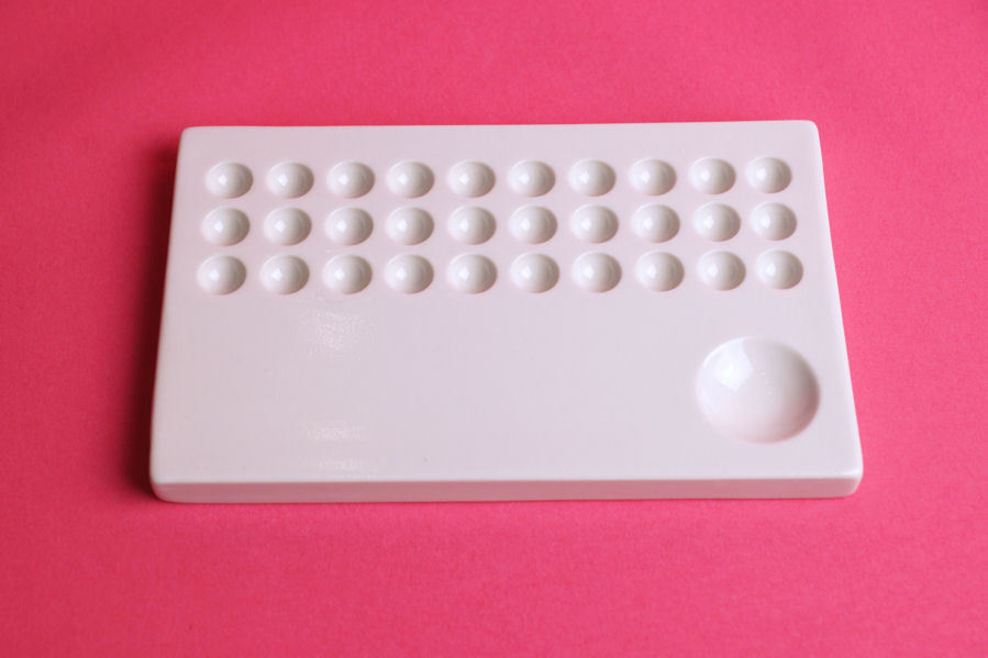 Porcelain Palette With 30 Pallette Holes And Cover